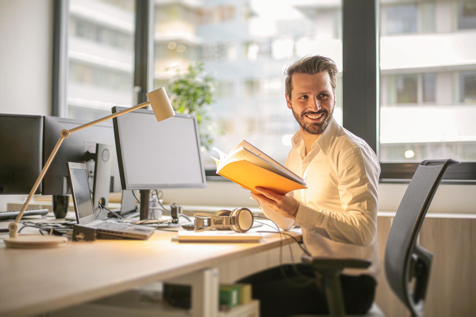 Lächelnder Mann im Büro