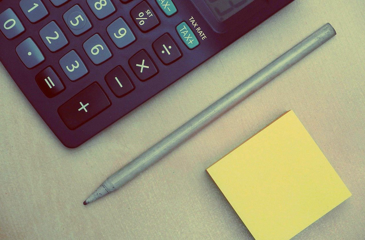 Rechner und Schreibutensilien für die Buchhaltung